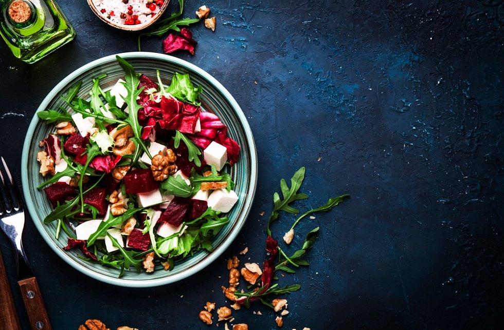Salát z červené řepy sořechy, ilustrační foto