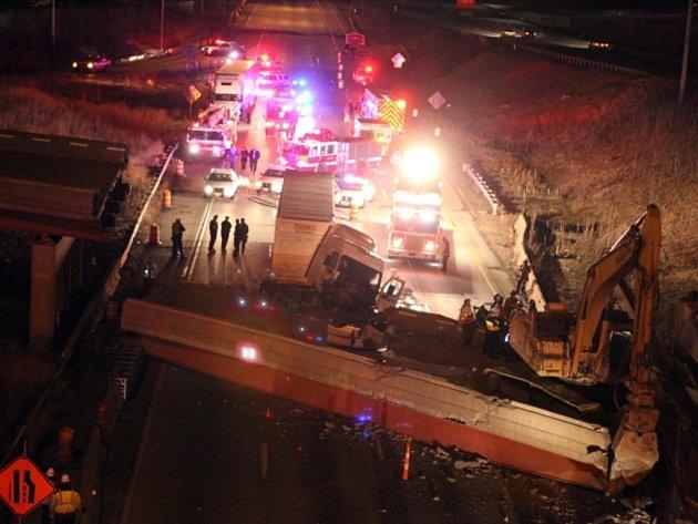 Nejméně jeden člověk zemřel a další byl zraněn při pondělním pádu dálničního nadjezdu na frekventovanou silnici v americkém městě Cincinnati.