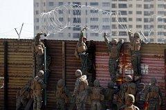Američtí vojáci natahují žiletkový drát na hranici s Mexikem