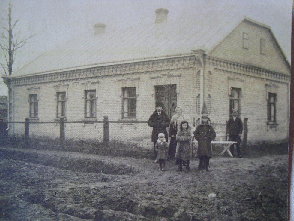 Rodina Holcova v Českém Zawidóvě (Josef Holec nejvyšší z-dětí úplně vpravo) s čeledínem (v pozadí)