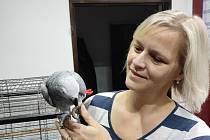ELIŠKA VODIČKOVÁ. V obchodní síti Albert je zaměstnaná už 20 let, práci manažerky zvládá spolu s péčí o rodinu a také o početné domácí hospodářství. Na snímku je paní Eliška s domácím mazlíčkem Kubou.