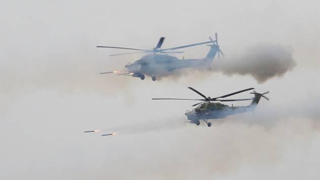 Ruské vojenské helikoptéry během manévrů Západ 2017 na cvičišti u Petrohradu.