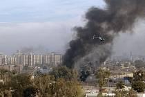 Helikoptéra společnosti Blackwater pomáhá zajistit americkým vojákům místo výbuchu v Bagdádu v roce 2004.