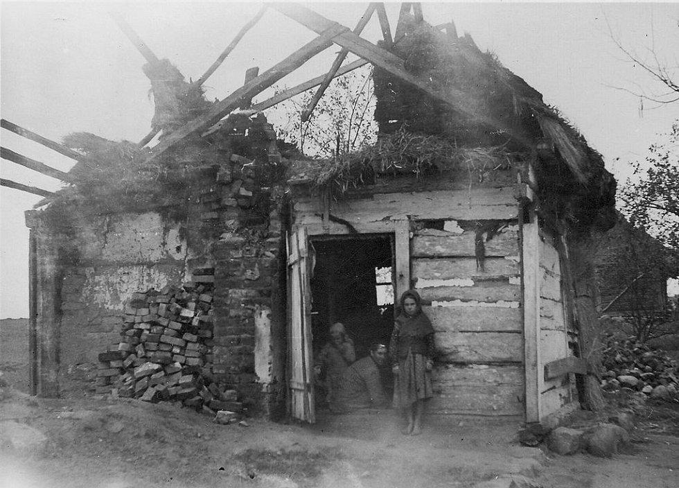 Venkovské stavení kdesi v Bělorusku nebo na Ukrajině zničené během invaze v roce 1941