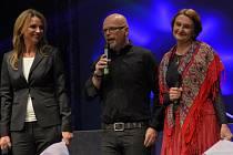 Mezi gratulanty byly i herečky Ivana Chýlková a Eva Holubová, uprostřed je producent a majitel Divadla Kalich Michal Kocourek.