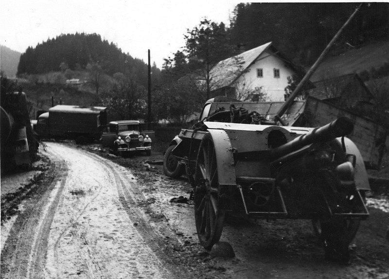 Dne 28. října 1944 vydal velitel 1. československé armády na Slovensku rozkaz k ukončení vojenského odporu a přechodu na partyzánský způsob boje. Na snímku opuštěná technika povstalců podél ústupové cesty na Donovaly