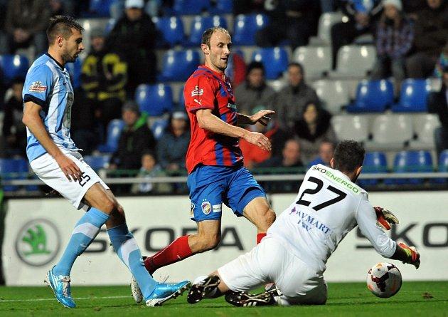 Michal Smejkal z FK Mladá Boleslav (vlevo), šance Romana Hubníka z Viktorky Plzeň.