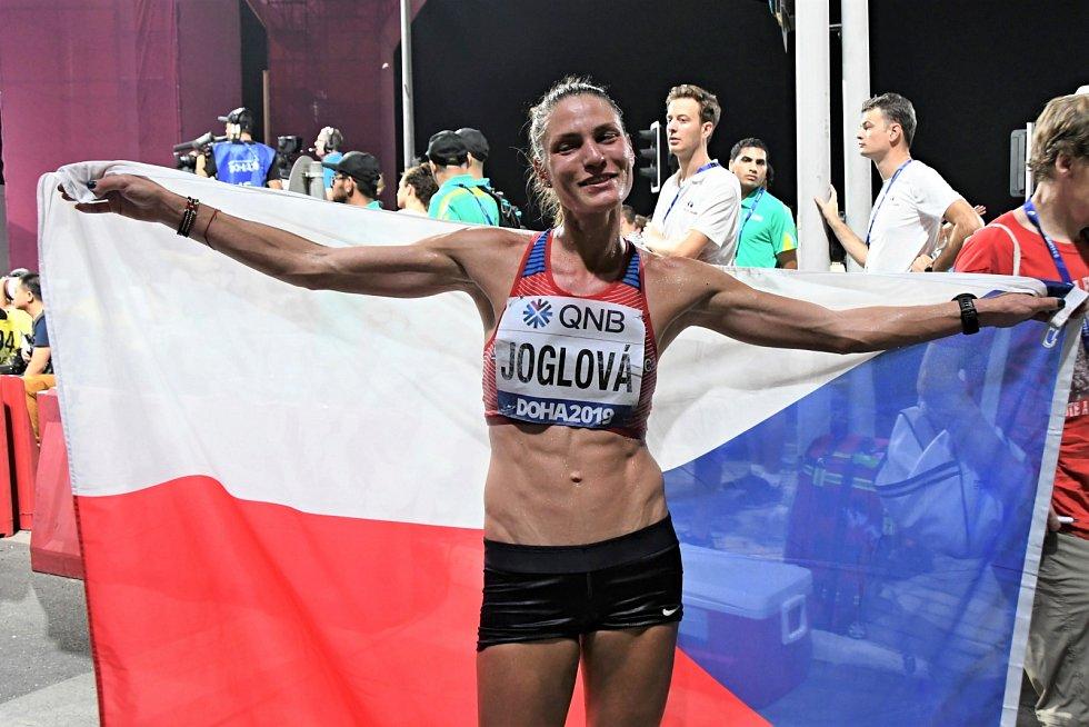 Marcela Joglová v cíli nočního maratonu v Dauhá.