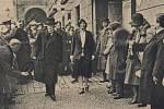 Prezident Tomáš Garrique Masaryk s dcerou Alicí přicházejí k volbám