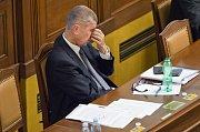 Ministr financí Andrej Babiš na mimořádné schůzi Poslanecké sněmovny svolané k jeho údajnému zneužívání médií a dalších institucí.