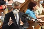 Tady vládnu Já. Andrej Babiš, který je obviněn z dotačního podvodu a vyšetřován kvůli střetu zájmů, zneužívá své kauzy k útokům na EU a získávání protievropských voličů.