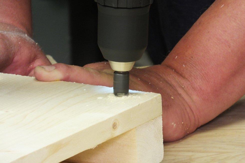 Připravené otvory ještě opracujeme záhlubníkem, aby se vruty schovaly do dřeva.