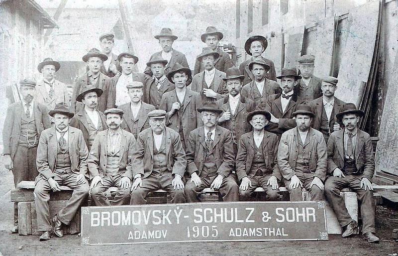 Skupina zaměstnanců společnosti Bromovský, Schulz a Sohr, která měla pronajaty Adamovské železárny (pozdější strojírny) začátkem 20. století, v roce 1905