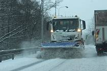 Přívaly sněhu na silnicích.