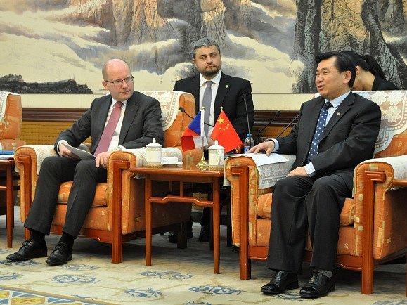 Český premiér Bohuslav Sobotka v Pekingu na schůzce s administrátorem Čínského úřadu pro civilní letectví Feng Čen-linem .