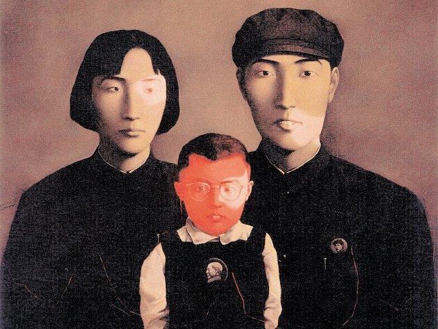 Z doby kulturní revoluce. Zhang Xiaogang: Pokrevní pouta: Velká rodina č. 2. Olej na plátně, 1995, Hanart TZ Gallery, Hongkong.