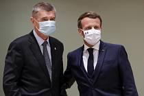Český premiér Andrej Babiš (vlevo) a francouzský prezident Emmanuel Macron na bruselském summitu EU k fondu obnovy, 21. července 2020