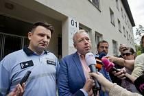 Ministr vnitra Milan Chovanec (uprostřed) a policejní prezident Tomáš Tuhý (vlevo) navštívili 31. července zařízení pro uprchlíky v Bělé pod Bezdězem.