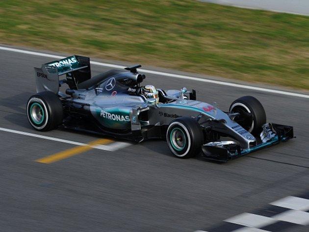 Lewis Hamilton při testech v Barceloně.