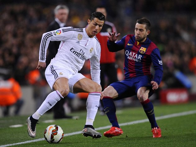 Cristiano Ronaldo z Realu Madrid (vlevo) čaruje před Jordi Albou z Barcelony.
