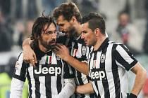 Andrea Pirlo (vlevo) se raduje se spoluhráči z Juventusu z gólu proti Bergamu.