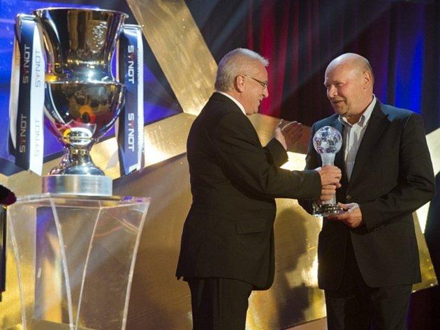 Kouč Plzně Miroslav Koubek (vpravo) přebírá od Petra Uličného cenu pro nejlepšího trenéra ligové sezony.