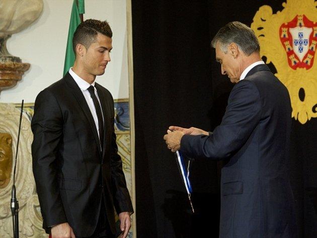 Portugalský prezident Aníbal Cavaco Silva dekoruje kanonýra národního mužstva Cristiana Ronalda.