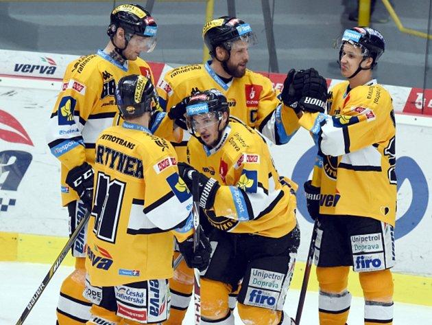 Hokejisté Litvínova se radují z gólu proti Slavii.