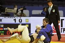 Judista Pavel Petřikov (v modrém) na mistrovství Evropy.