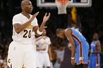 Jodie Meeks z Los Angeles Lakers (vlevo) se raduje, zatímco Kevin Durant (vpravo) smutní.