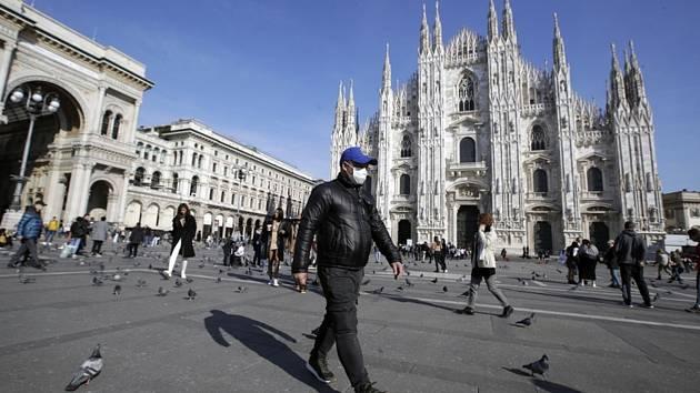 Muž s rouškou před gotickou katedrálou Narození Panny Marie v Miláně (italsky Duomo di Milano) na snímku z 24. února 2020