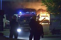 Dav při nepokojích ve Stockholmu zapálil stovku aut