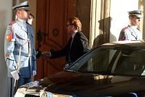 Na snímku přijíždí na večeři ministr bez portfeje v demisi Petr Mlsna.