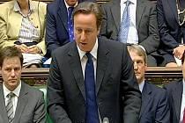 """Britský premiér David Cameron se úterý jménem země a vlády omluvil za """"neoprávněnou"""" a """"neospravedlnitelnou"""" smrt 14 katolických protestujících, které britští vojáci zastřelili při """"krvavé neděli"""" v severoirském městě Londonderry v lednu 1972."""