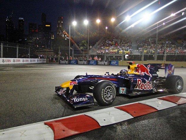 Pilot Red Bullu Sebastien Vettel na okruhu v Singapuru.