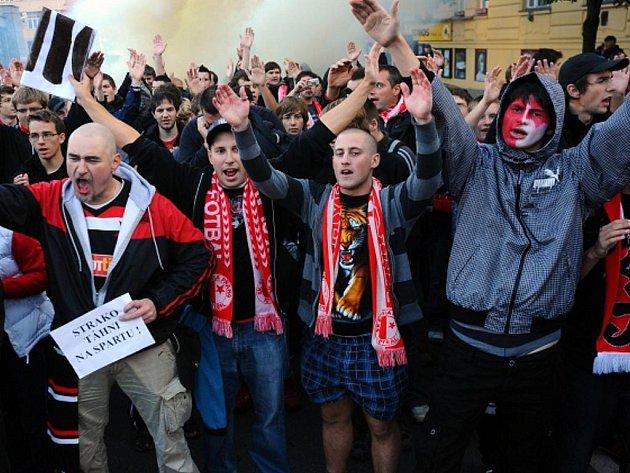 Protestní pochod fanoušků fotbalové Slavie Praha proti angažování trenéra Františka Straky.