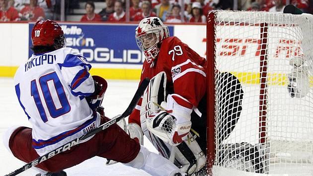 Rus Nail Jakupov se snaží překonat brankáře Kanady Marka Visentina.