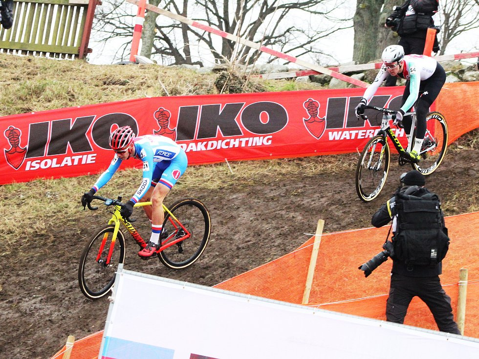 Závod juniorů na MS v cyklokrosu v dánském Bogense. Jan Zatloukal (vlevo).