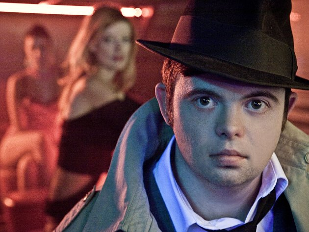 Á LA BOGART.  Svein Andre Hofsø jako Breienův svérázný detektiv Robert.