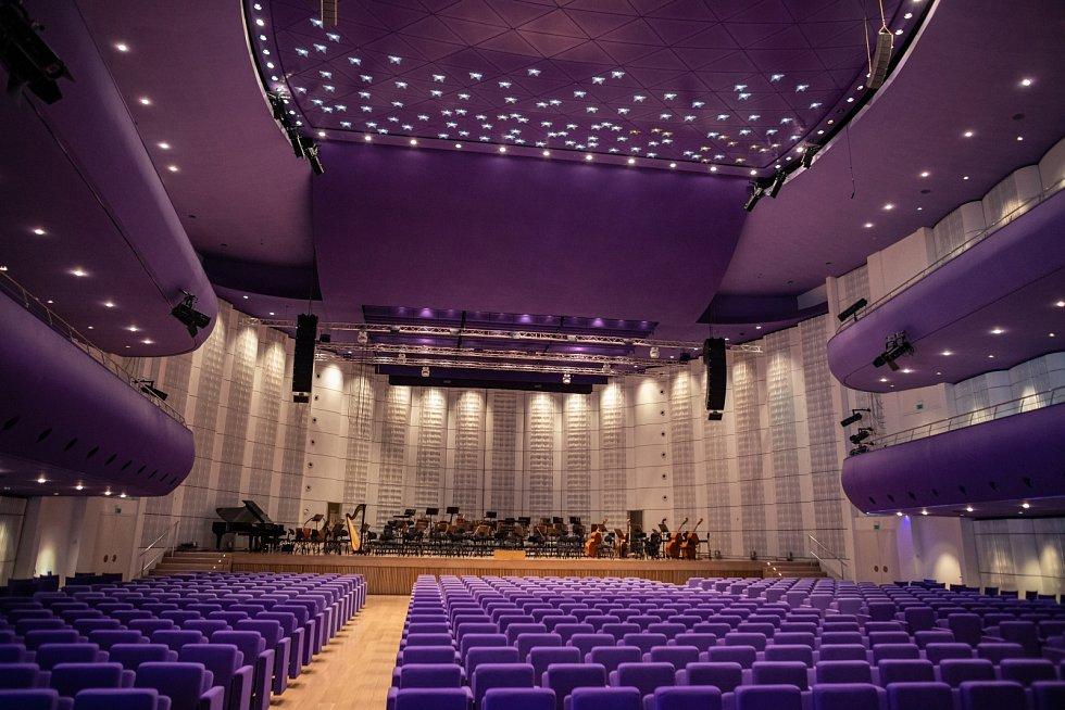 V Londýně má Eva Jiřičná architektonické studio a od roku 1999 spolu s Petrem Vágnerem vede i pražský ateliér AI DESIGN.