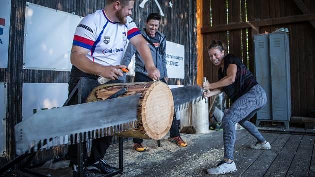 Eva Samková si vyzkoušela práci s dřevem