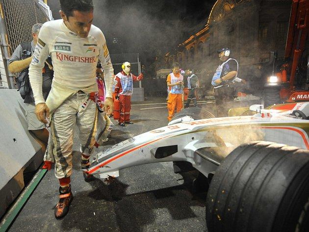 Pro Giancarla Fisichellu skončila kvalifikace už v první části. Svůj monopost Force India rozbil o svodidla.