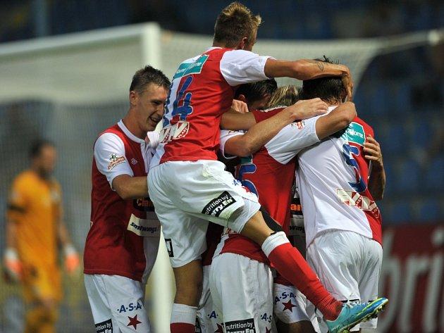 Fotbalisté Slavie se radují z gólu proti Liberci.