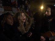 Madonna zazpívala v centru Paříže na památku obětí atentátů.