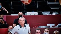 Trenér českých basketbalistů Ronen Ginzburg během zápasu proti USA.