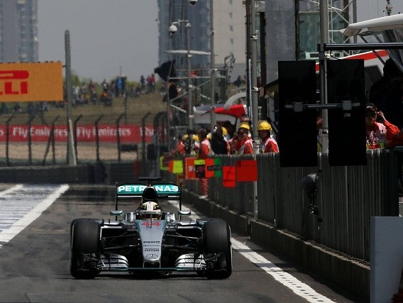 Lewis Hamilton na okruhu v Šanghaji