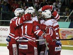 Hokejisté Slavie se radují z gólu.