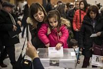 Před volebními místnostmi v Katalánsku se tvoří dlouhé fronty.