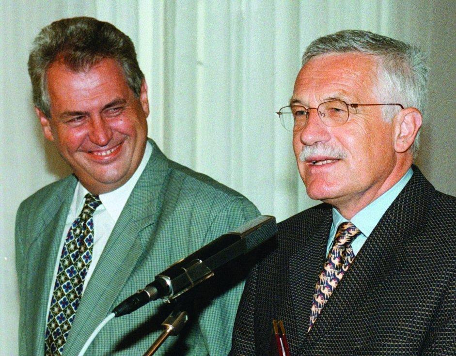 O VLÁDĚ. S Milošem Zemanem se špičkovali, a to i při jednání o vládě v červnu 1998. Výsledkem byla opoziční smlouva, Zeman se stal předsedou vlády, Klaus sněmovny.
