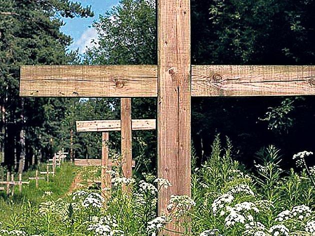TRAGÉDIE. Dřevěné kříže poblíž osady Katyň jsou prostým mementem na šokující zrůdnost diktátorů.